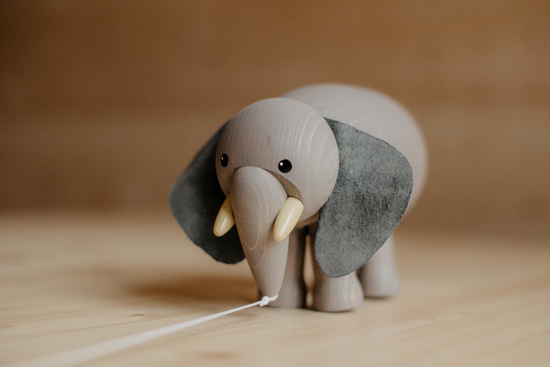 Elefant Lauftier auf Schräge und Faden